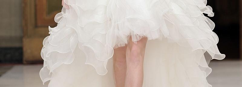 Une robe de mariée courte devant et longue à l'arrière