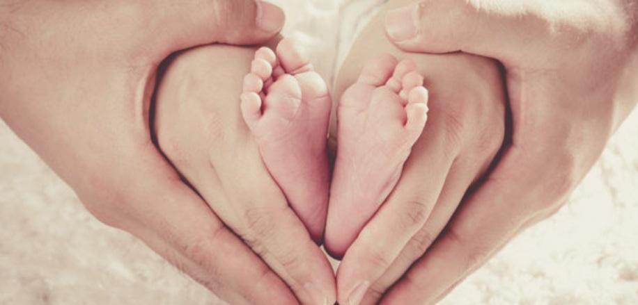 Pieds de bébés et mains des parents