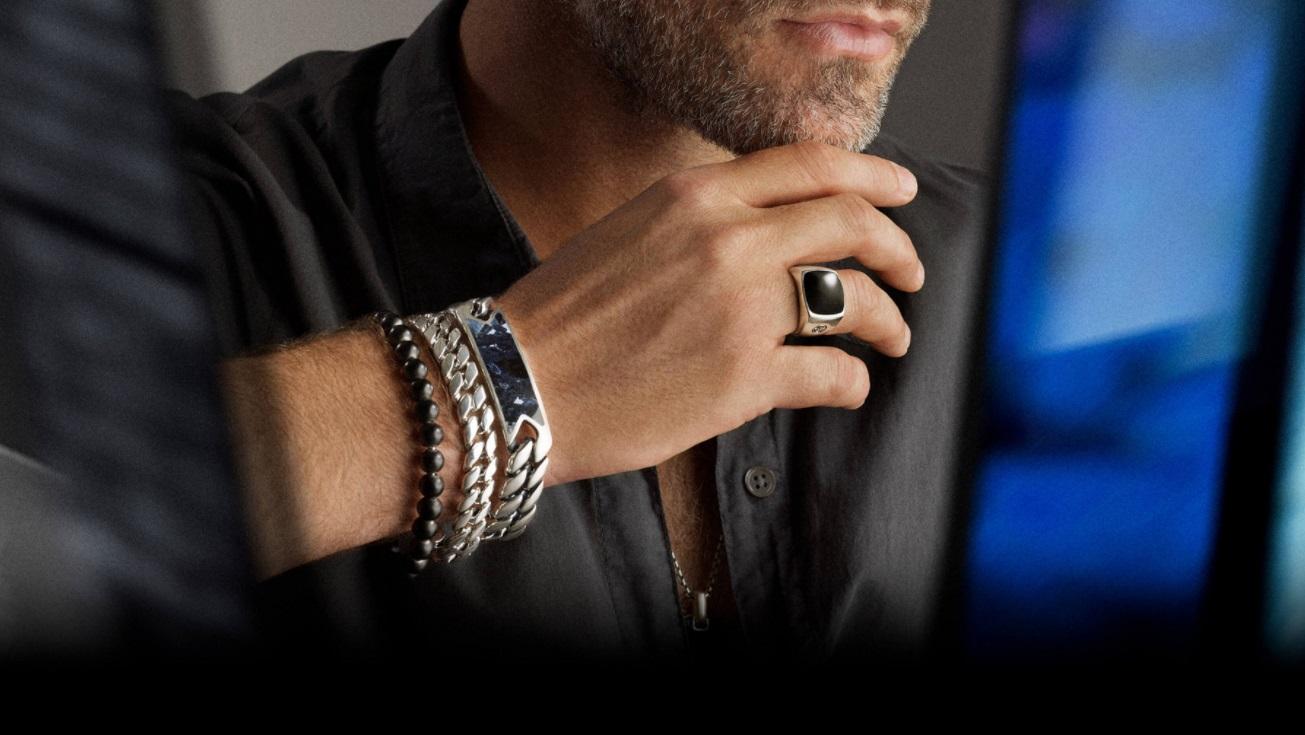Homme portant plusieurs bijoux