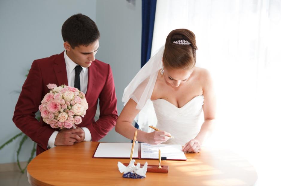 Un couple signant son contrat de mariage